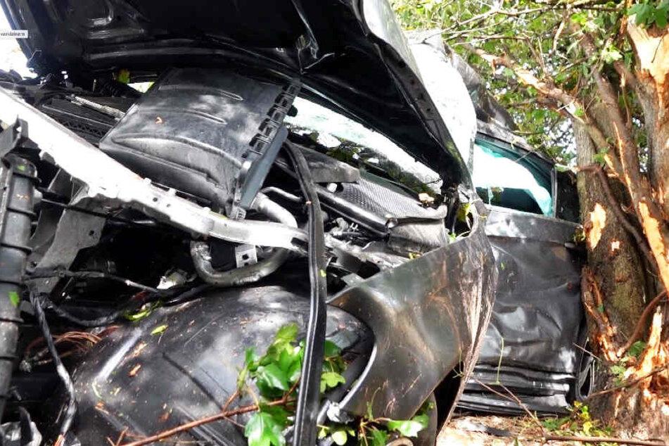 Heftiger Unfall auf A2: Mercedes kracht in Bäume, Fahrer eingeklemmt