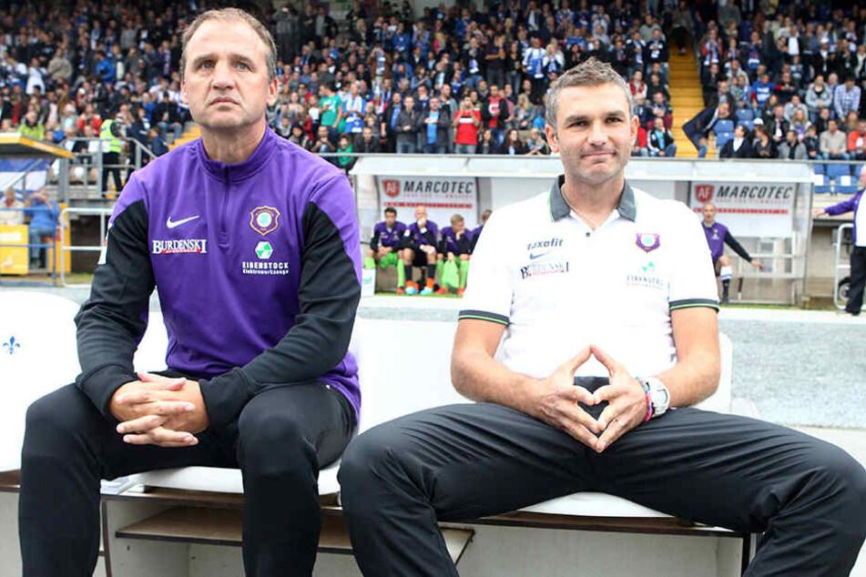 Steffen Ziffert (l.) als Co-Trainer des FC Erzgebirge Aue mit Coach Tomislav Stipic während eines Zweitliga-Spiels auf der Bank.