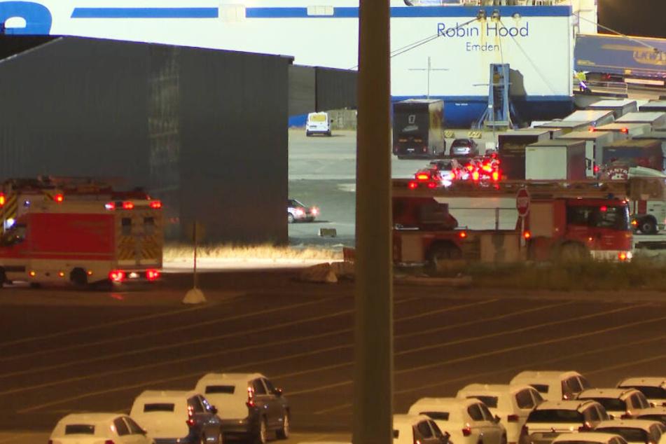 Feuerwehr und Rettungswagen stehen am Hafen in Travemünde bereit.
