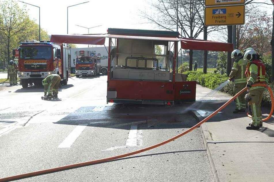 Die Feuerwehr löschte das Feuer an dem Getränke-Anhänger.