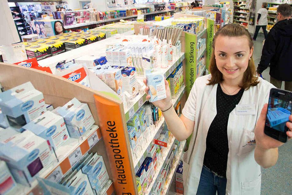 Bald wird jede dm-Verkäuferin wie Azubi Lisa Martin (21) Smartphone-Besitzerin.
