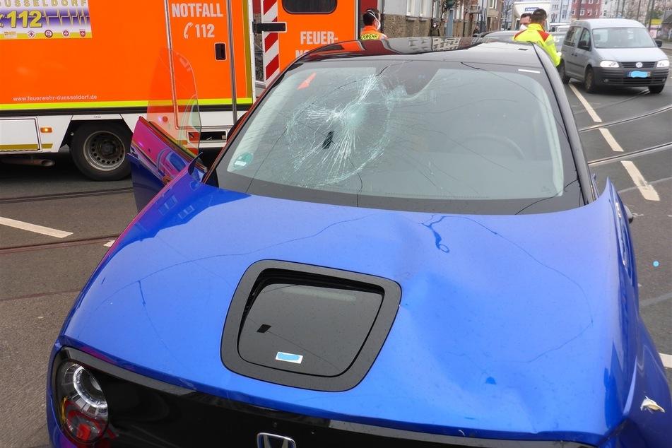Am Montag hatte der Fahrer (35) eines blauen Hondas eine Radfahrerin (68) in Düsseldorf übersehen und mit seinem Wagen erfasst. Die 68-Jährige wurde schwer verletzt.