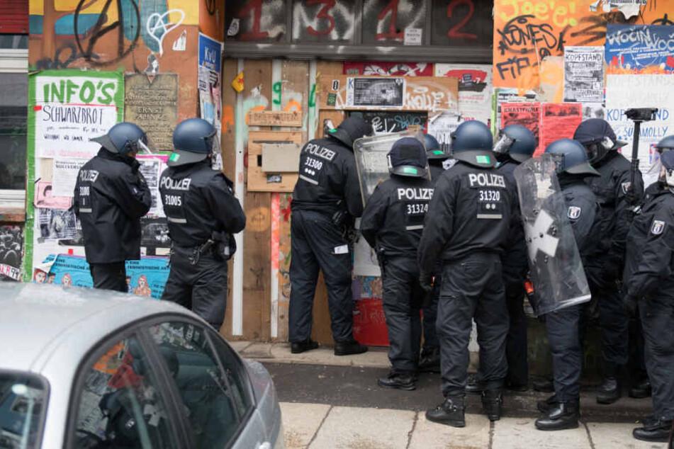 Polizisten formieren sich vor dem Eingang der Rigaer Straße 94.