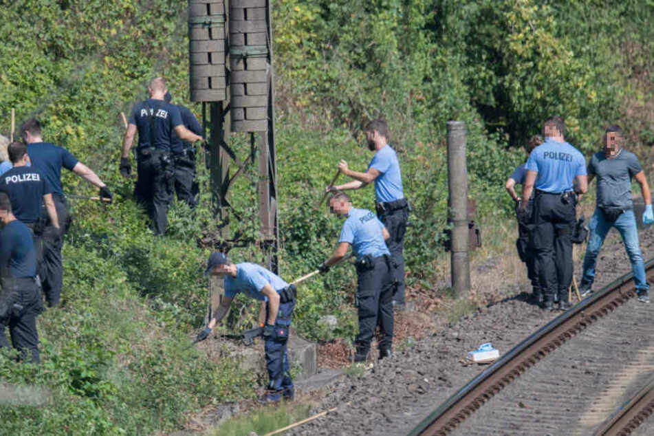 Zahlreiche Beamte suchten nach dem Knochenfund die Gleise und das umliegende Gelände ab.