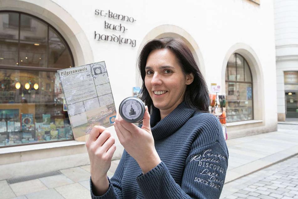 Pilgerstation St.-Benno-Buchhandlung in der Schloßstraße: Chefin Christiane Königsmann (45) hält für die frommen Reisenden Etappenbuch und Stempel bereit.
