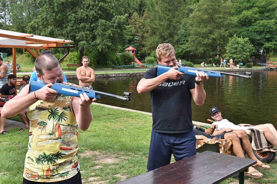 Teambuilding an den Altenberger Galgenteichen. Erik Langer und Martin Davidek nehmen die Scheiben ins Visier.
