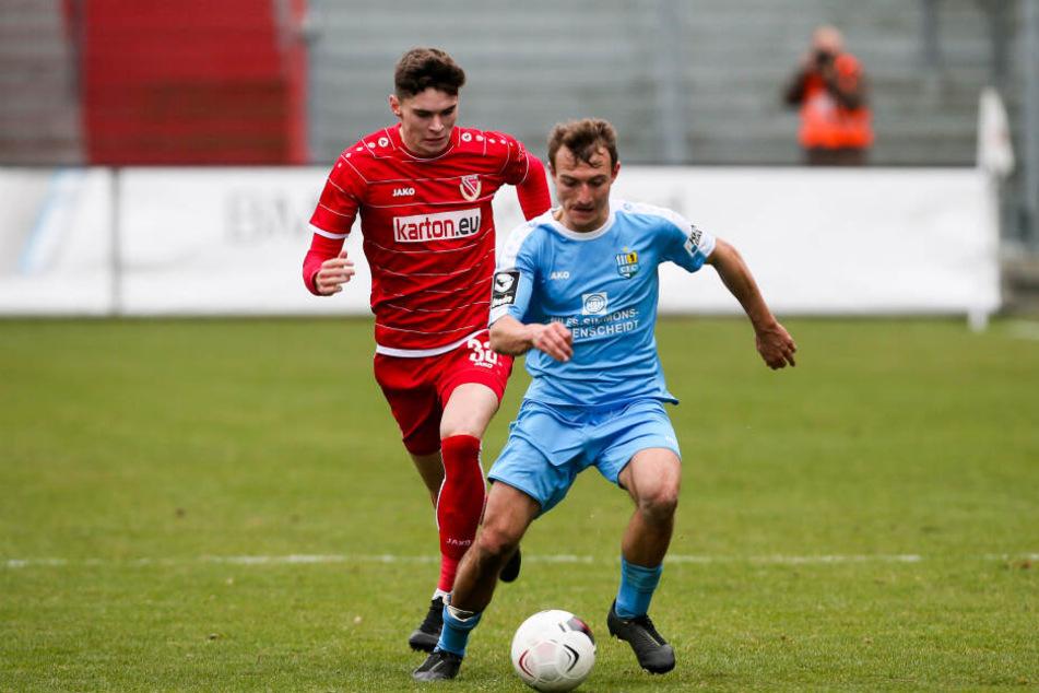 Daniel Bohl im Testspiel bei Energie Cottbus vor Moritz Broschinski am Ball. Der CFC verlor die Partie mit 1:2.