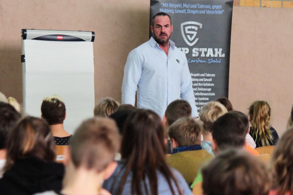 """Seit vier Jahren ist der Hüne mit seinem """"Camp Stahl"""" an deutschen Schulen zu Aufklärung über Mobbing und Gewalt unterwegs."""