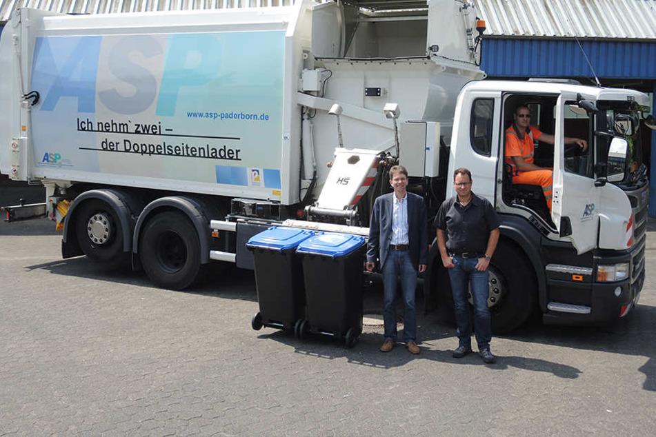 ASP-Fahrer Marc-André Böhm fährt das modernste Entsorgungsfahrzeug des ASP. Stellv. Betriebsleiter Dr. Dietmar Regener (li.) und Einsatzleiter Burkhard Helle sind begeistert.