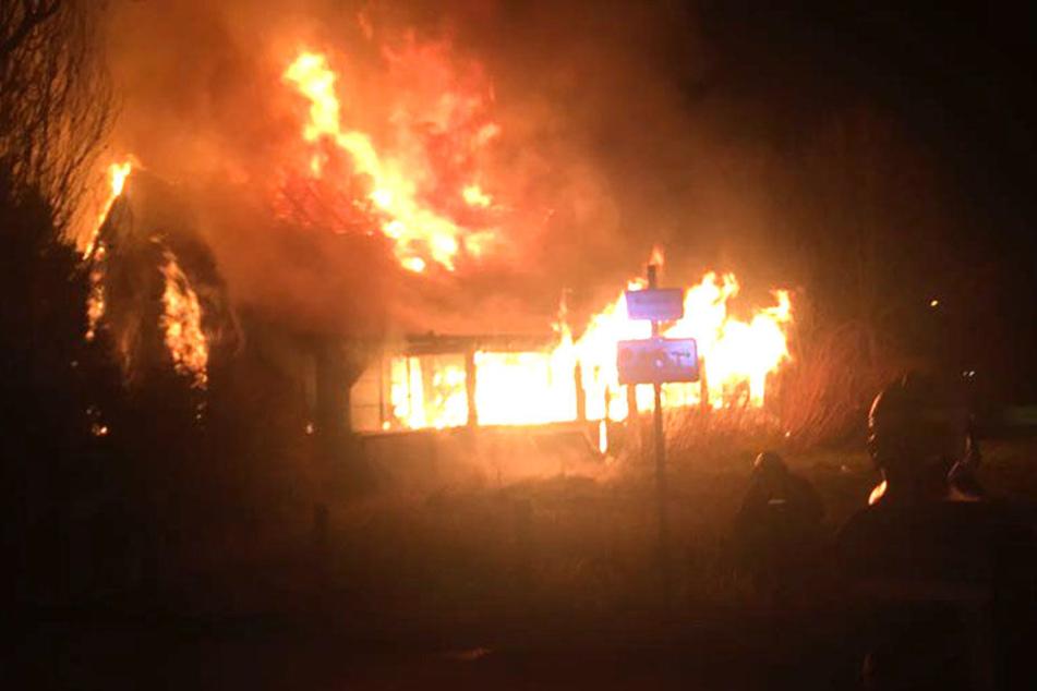 Ein altes Gebäude in Hoyerswerda steht komplett in Flammen.