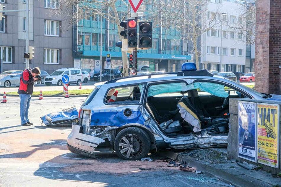 Das Wrack eines Polizeiautos steht an der Ecke Vahrenwalder Straße und Philipsbornstraße.