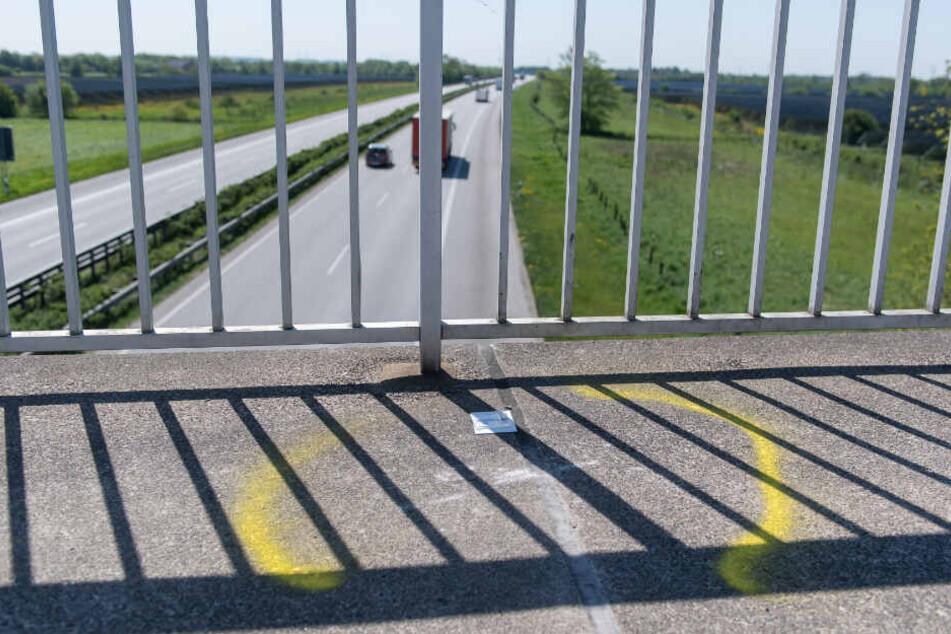 Die Polizei markierte einen Tatort an einer Autobahn-Brücke ab. (Symbolfoto)