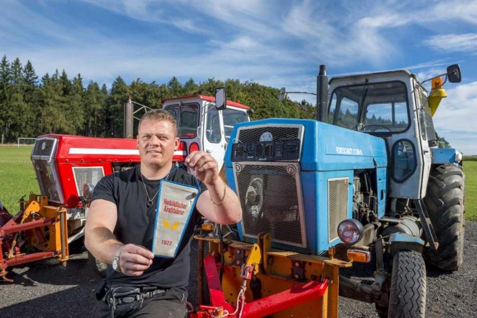 Enrico Klemm vor seinem Traktor ZT300.