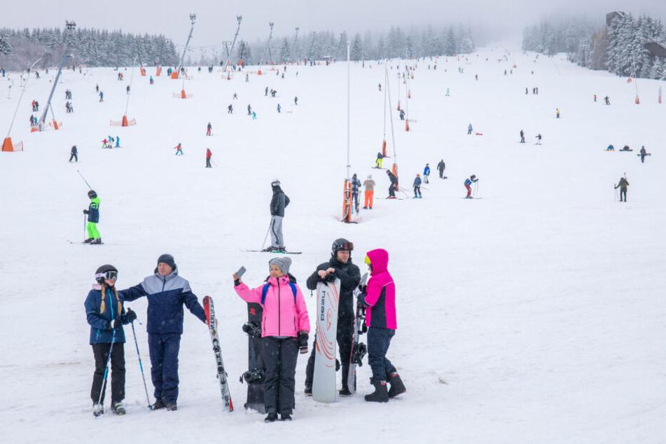 Wintersportler freuen sich über die weiße Pracht in Oberwiesenthal.