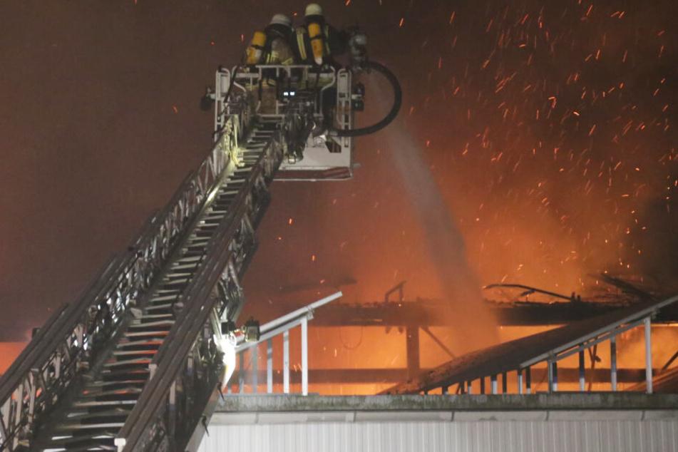 Rund 130 Einsatzkräfte waren im Zuge des Brandes in Bayern vor Ort.