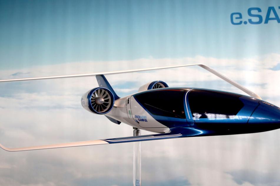Das erste Modell des elektrisch/hybridelektrisch angetriebenen Flugzeugprojektes Silent Air Taxi steht auf einer Säule.