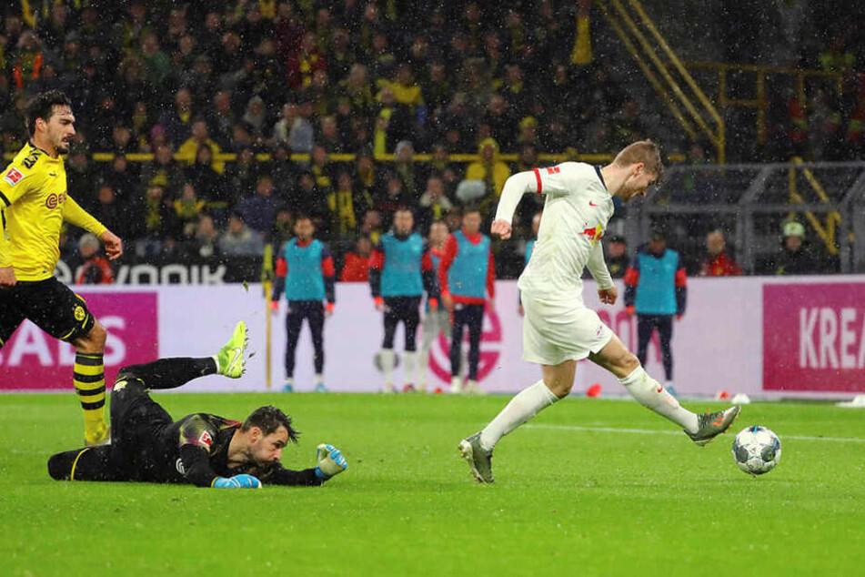 Sechs Minuten nach seinem Anschlusstor traf Timo Werner (r.) in der 53. Minute zum 2:2, nachdem er Keeper Roman Bürki zuvor noch umkurven konnte.