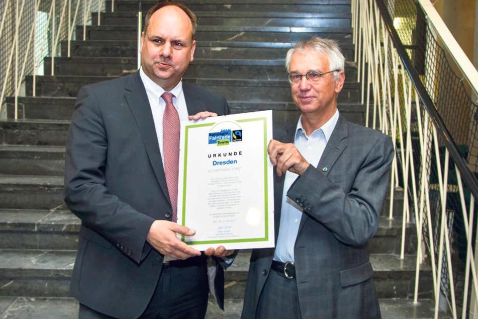 Ab sofort ist Dresden Fairtrade-Stadt. OB Dirk Hilbert (FDP, l.) nahm gestern  die Urkunde von TransFair-Chef Dieter Overath entgegen.