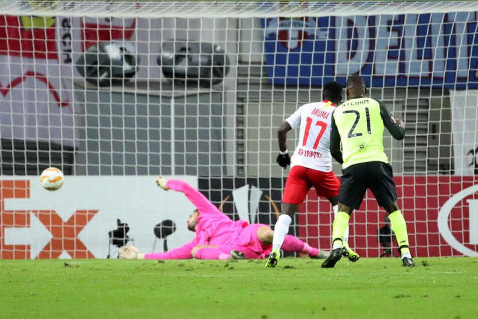 Der zuletzt über mangelnde Einsatzzeiten klagende Bruma (2.v.r.) schloss eine Vorlage von Marcelo Saracchi nach 35 Minuten zum 2:0 für RB Leipzig ab.