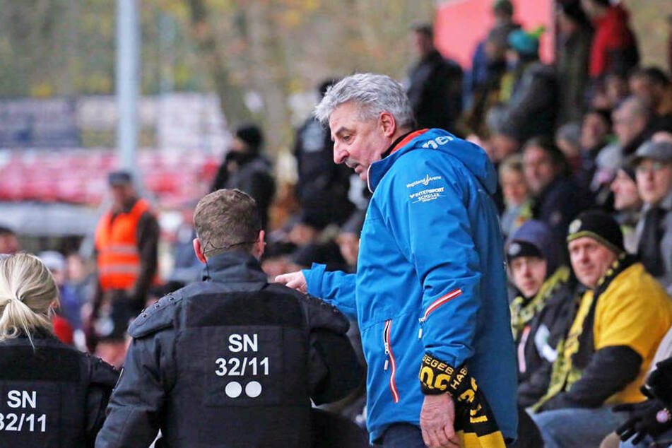 Auerbachs Oberbürgermeister Manfred Deckert schlichtete zusammen mit der Polizei. Auf der Tribüne des VfB waren Zwickauer Fans nicht nur verbal ausgetickt.