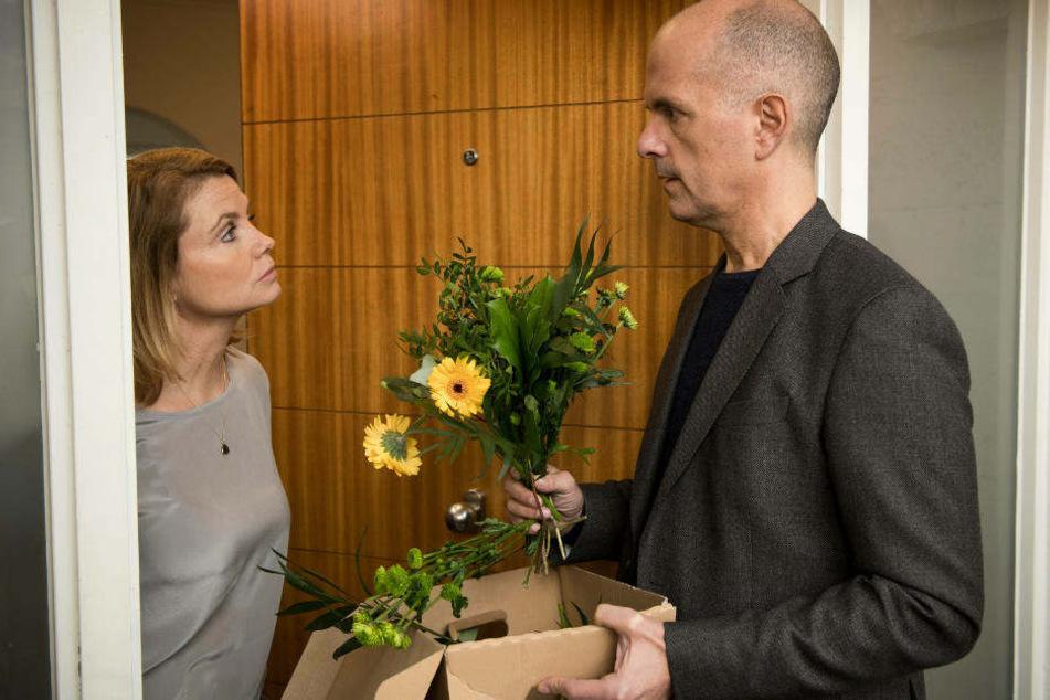 """Blümchen für Frau Frier: Auf deine Kollegin lässt Christoph Maria Herbst nichts kommen (Szenenfoto aus """"Merz gegen Merz)."""