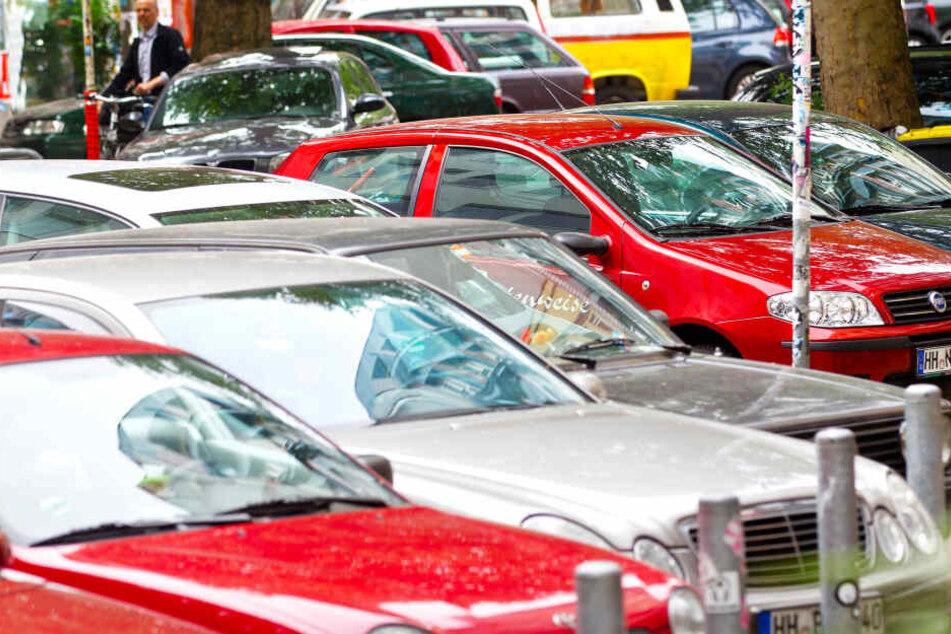 Parkende Autos stehen in einer Hamburger Wohnstraße.