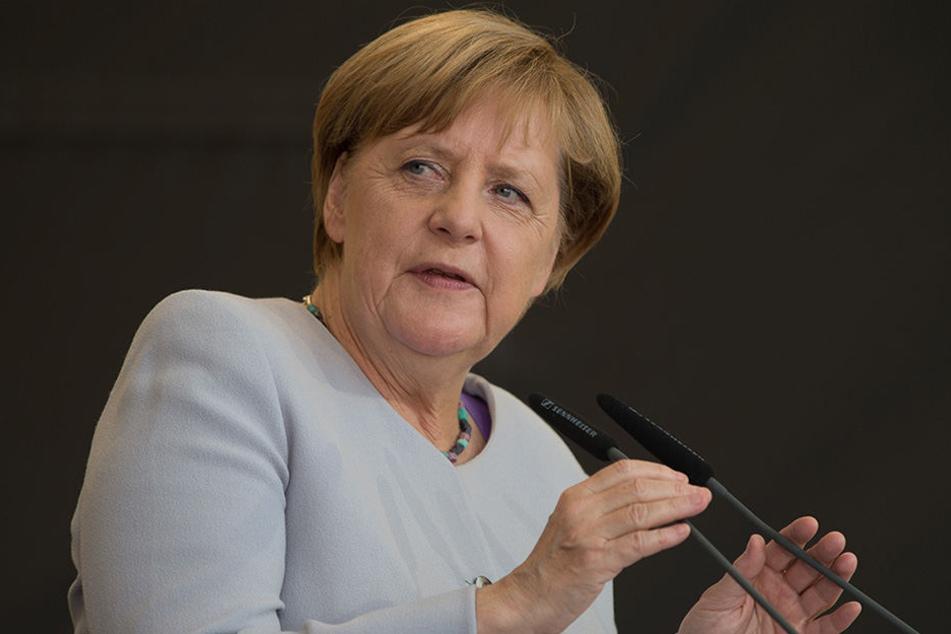 Merkels Wahlkampfveranstaltung könnte gleich durch zwei rechte Parteien erheblich torpediert werden.