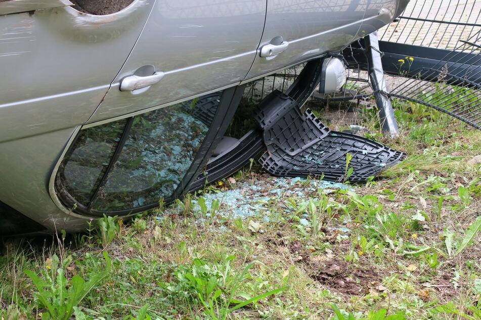 Aus diesem Fenster kletterte der Fahrer und flüchtete anschließend - offenbar wurde er bei dem Unfall nur leicht verletzt.