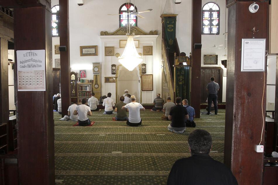 Gläubige mit Schutzmasken beten in der Murat-Pascha-Moschee in Skopje mit Abstand voneinander.