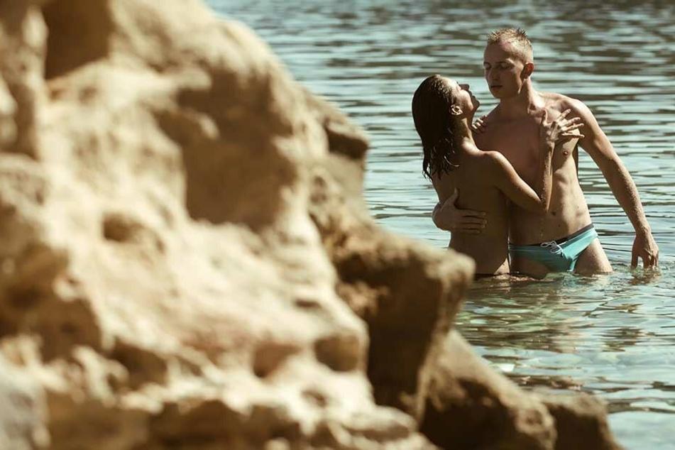 Am Strand hatte Ben eine heiße Nacht mit einer Unbekannten, doch seine Freundin erfuhr sehr schnell davon (Symbolbild).