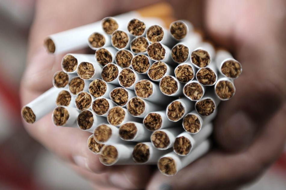 Die Diebe erbeuteten Zigaretten im Gesamtwert von 1900 Euro. (Symbolbild)