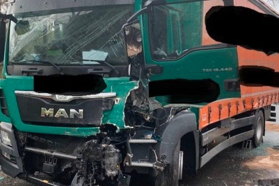 Der Anhänger des Traktor schleuderte in den Gegenverkehr und gegen den Brummi.