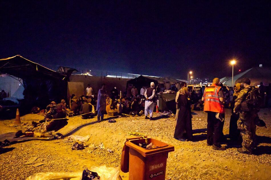 Deutsche Soldaten und Helfer waren tagelang am Flughafen Kabul im Einsatz. Rund um den Flughafen Kabul harren weiter Tausende Menschen aus, in der Hoffnung auf einen Evakuierungsflug ins Ausland.