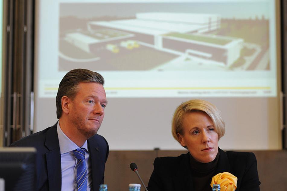 Philip Harting und Maresa Harting-Hertz stellen die neuen Pläne für das neue Logistikzentrum vor.