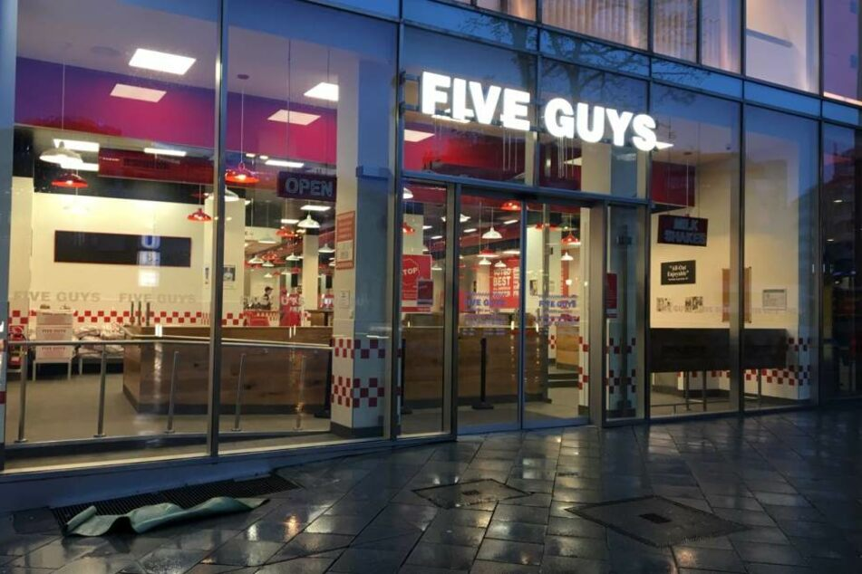 erstes five guys restaurant deutschlands er ffnet in frankfurt. Black Bedroom Furniture Sets. Home Design Ideas