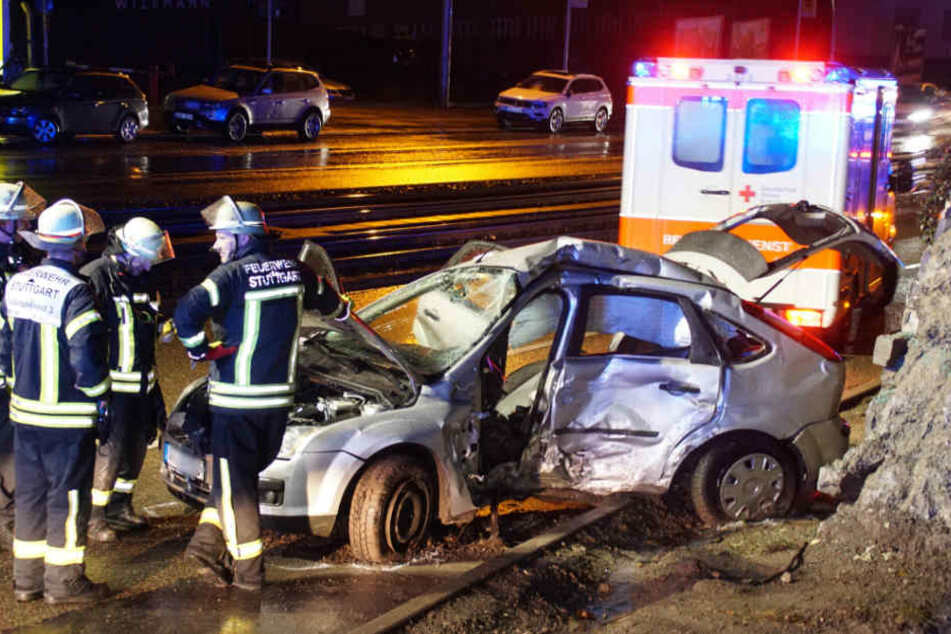 Die Feuerwehr musste den Fahrer aus dem Wrack befreien.