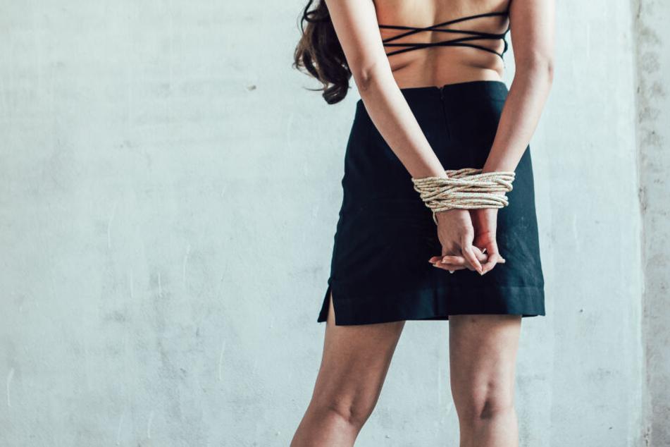 Die Frau gab vor, entführt worden zu sein. Dabei war sie Teil eines Betrüger-Trios. (Symbolbild)