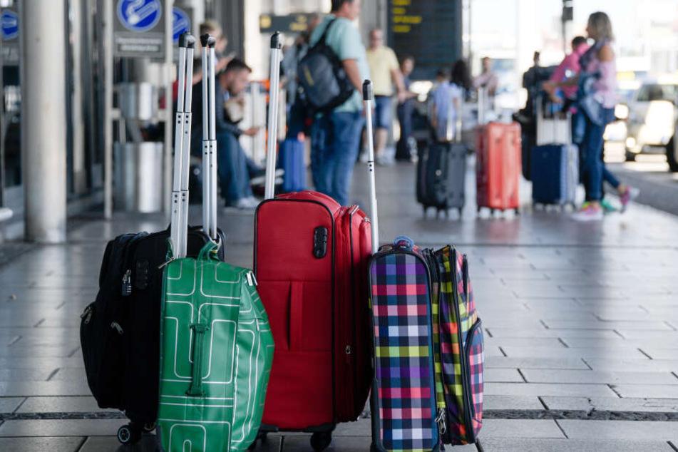 Dass der Mann sein Gepäck in einem Café vergessen hatte, war letztlich sein Glück. (Symbolbild)