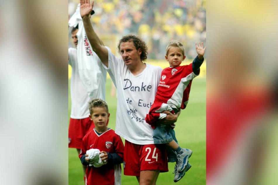 Kaiserslauterns Spieler Harry Koch bedankt sich nach seinem letzten Spiel beim 1. FC Kaiserslautern zusammen mit seinen Söhnen Robin (l.) und Luis bei den Fans.