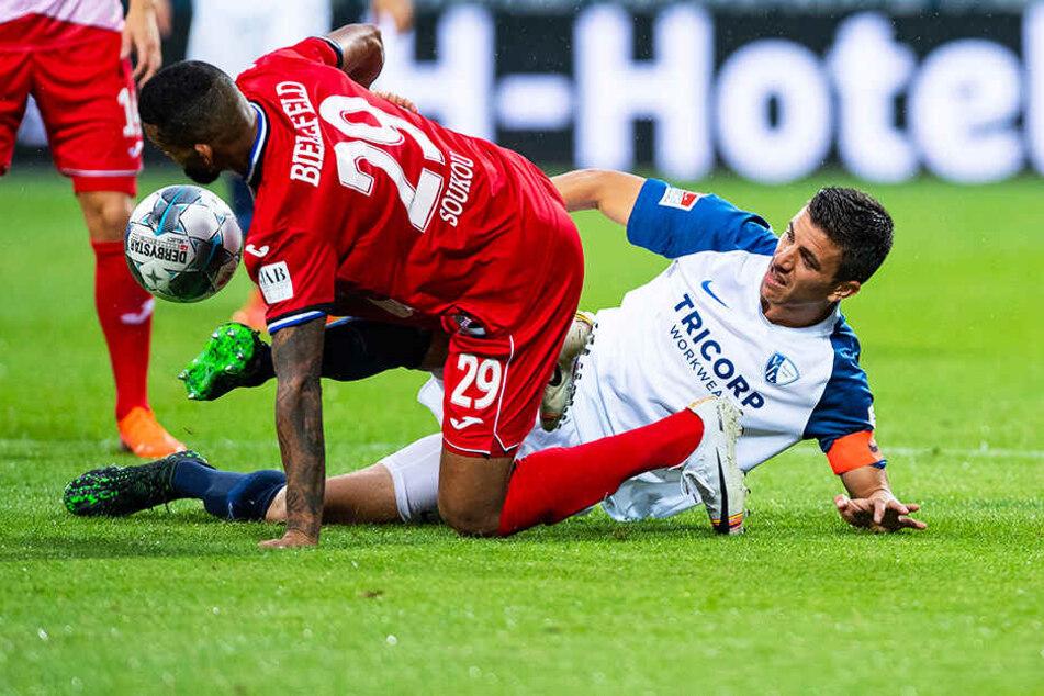 Bielefelds Cebio Soukou und Bochums Anthony Losilla (r.) im Zweikampf.