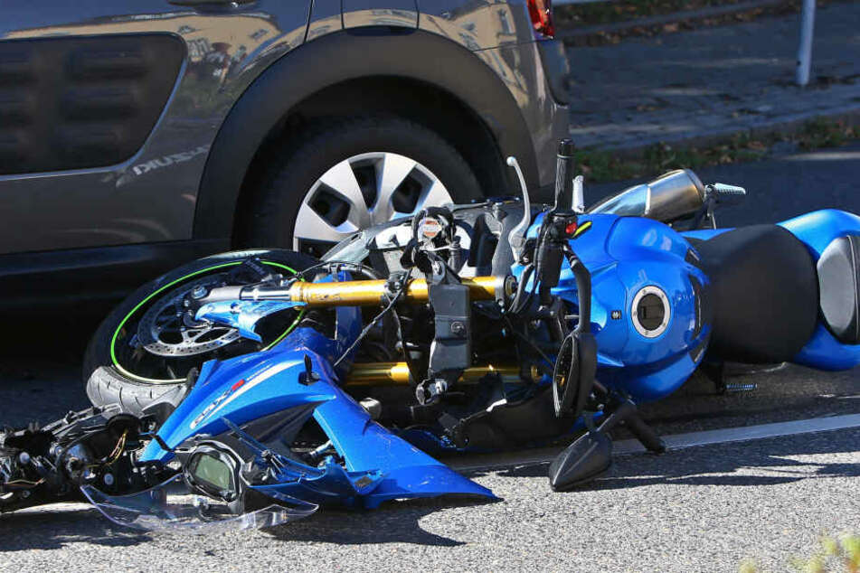 Der Fahrer des Motorrads wurde schwerstverletzt.