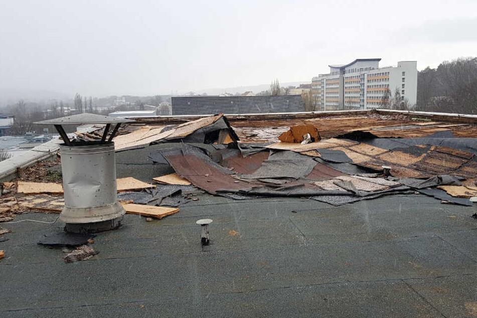 Das Dach der Feuerwehr Gera machte sich am Donnerstag selbstständig.