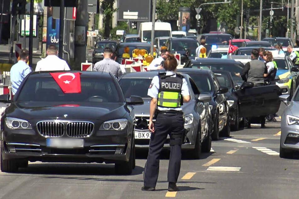 Die Polizei hat auch in anderen Bundesländern mit auffälligen Hochzeitskorsos zu tun. (Archivbild)