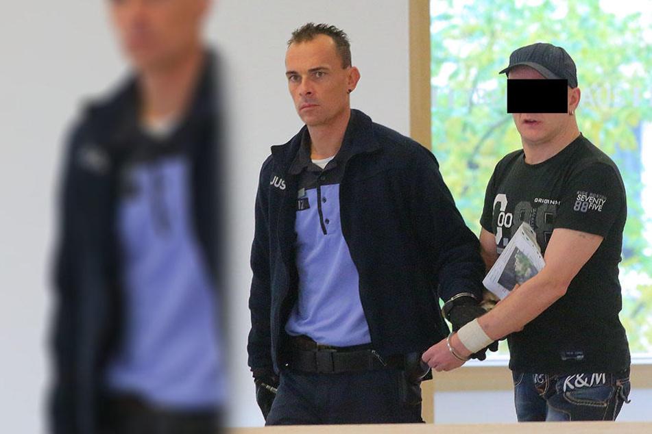 Schlosser Sven S. (46) weinte im Gericht immer wieder, weil er derzeit im Knast seine Kinder nicht sehen kann.