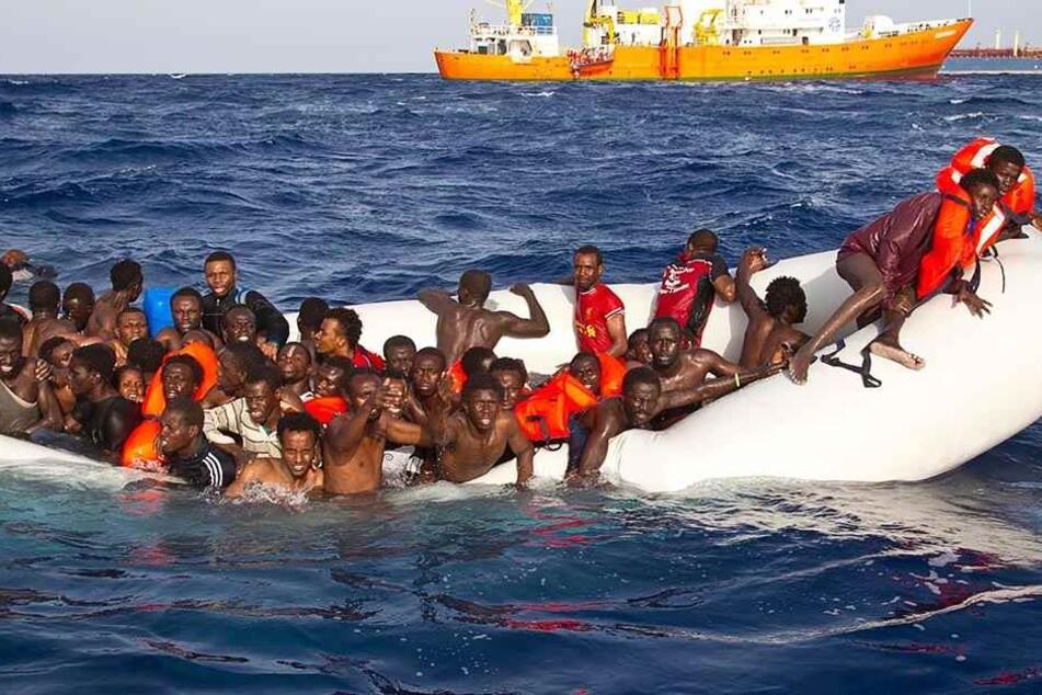 Flüchtlinge versuchen auf einem Boot, das Mittelmeer zu überqueren (Symbolbild).