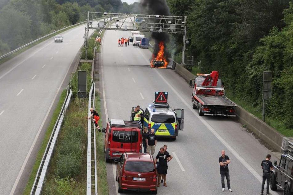 Eine schwarze Rauchwolke stand über der Autobahn.