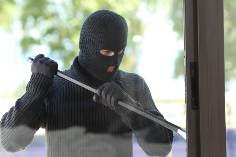 In allen drei Fällen kamen die Einbrecher durch das Fenster. (Symbolbild)