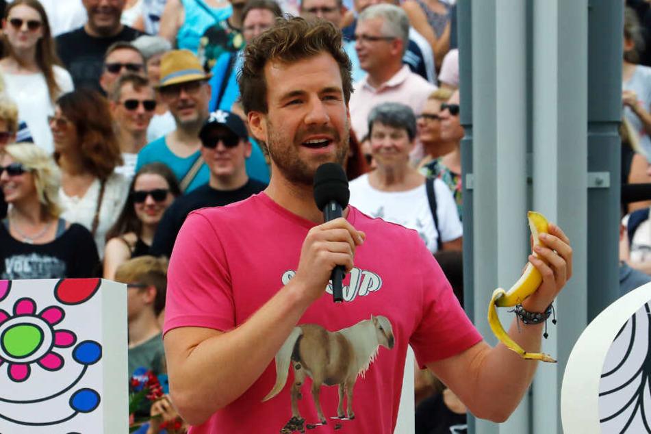 Bei seinem Auftritt im ZDF-Fernsehgarten alberte Luke Mockridge auch mit einer Banane herum.
