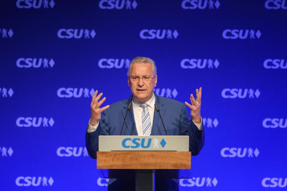 Bayerns Innenminister Joachim Herrmann fordert eine Überwachung der Whatsapp-Kommunikation.