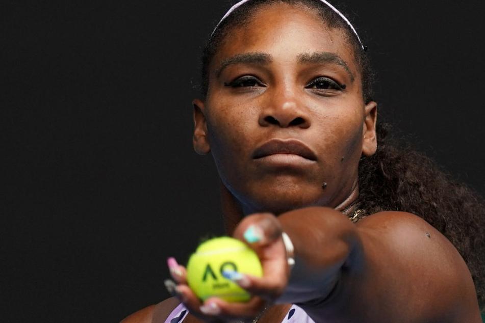 Serena Williams lässt sich von ihrer zweijährigen Tochter anziehen